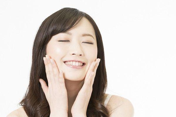 肌を触り幸せそうな女性