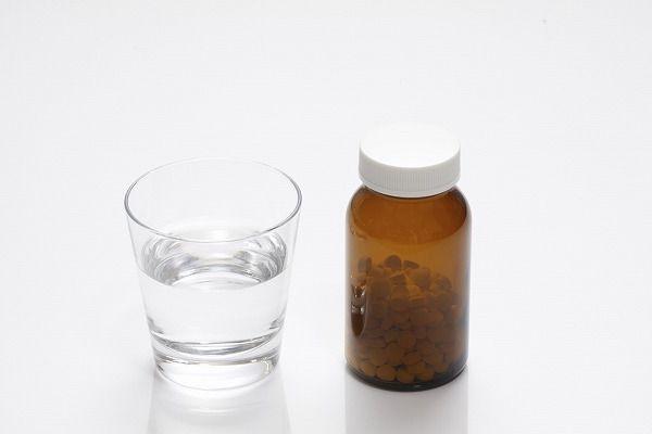 薬とコップ