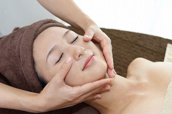 顔の施術を受ける女性