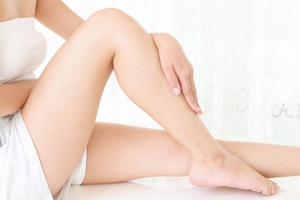 足を触る女性