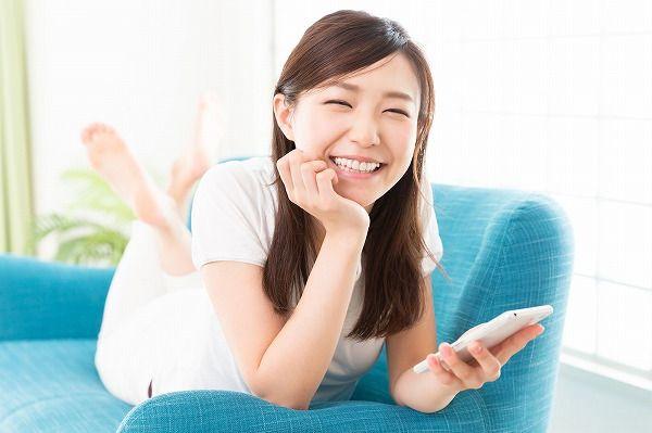 転がって笑う女性